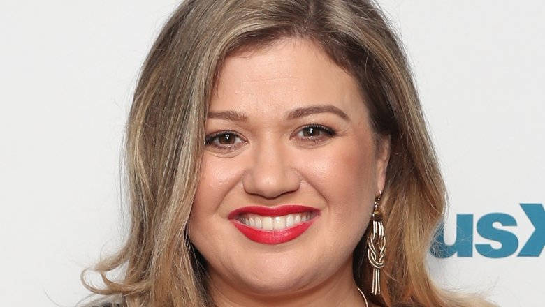 Kelly Clarkson slams body shamer who called her 'fat' on Twitter