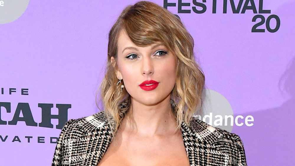 Taylor Swift discusses fan theories, denies 'Woodvale' rumors on 'Kimmel'