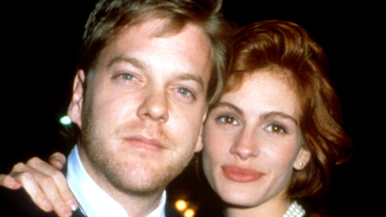 Kiefer Sutherland and Julia Roberts embracing in 1991