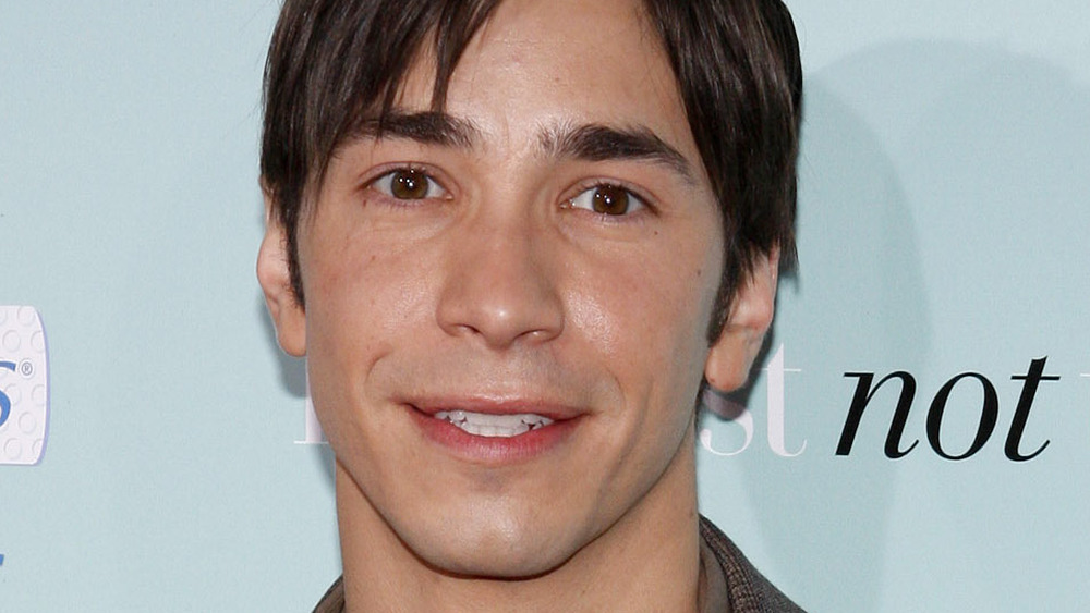 Justin Long smiling at a movie premiere