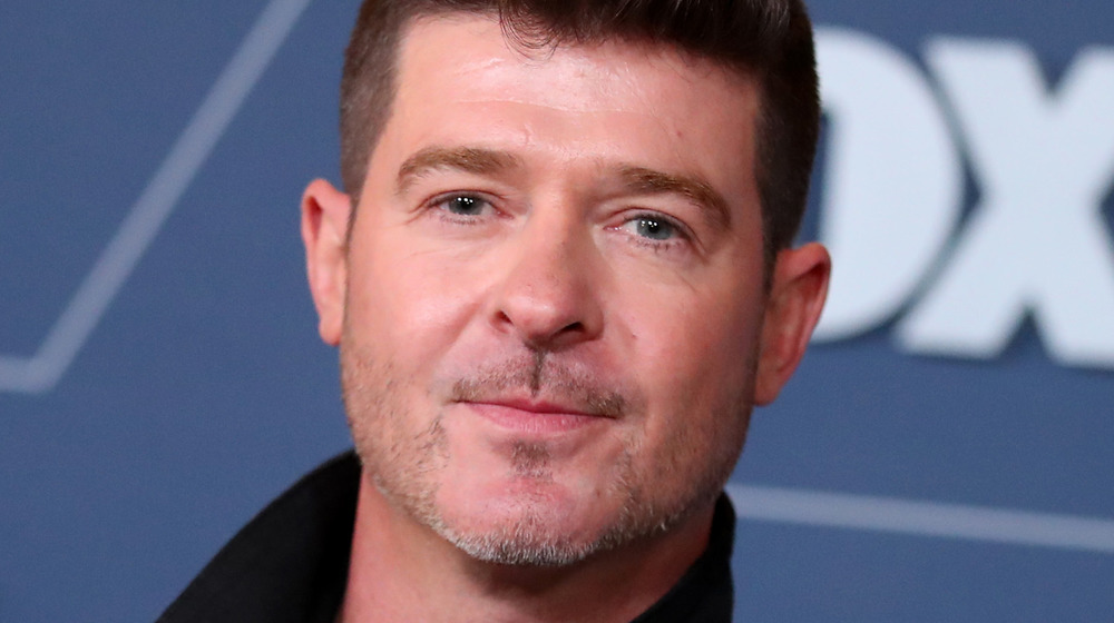 Robin Thicke posing on the red carpet